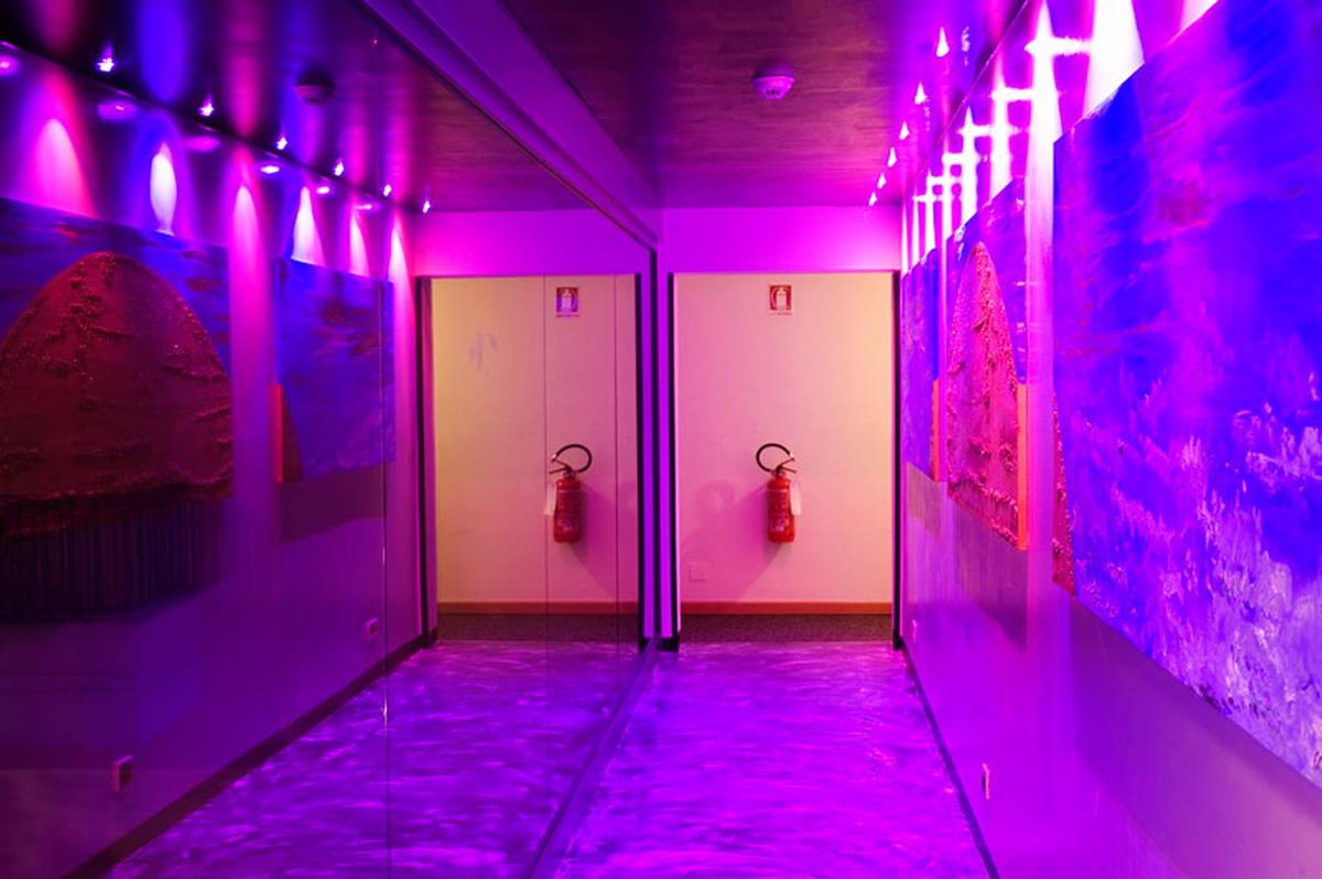Corridor violet